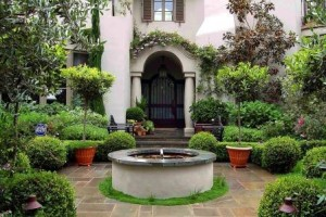 Как оформить приусадебный участок и террасу загородного дома в средиземноморском стиле